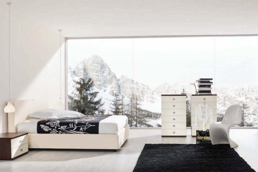 Camera da letto con vista esterna della neve