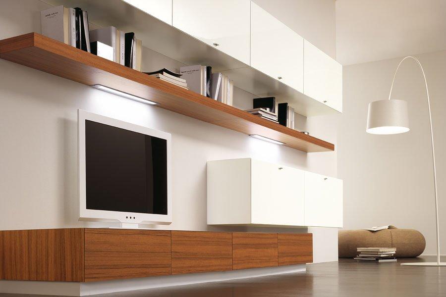 mensola in legno con televisione