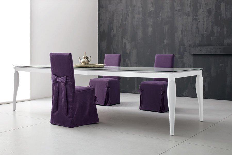 tavolo bianco in soggiorno con sedie viola