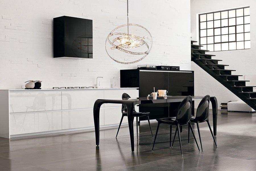 salotto con scale e tavolino nero