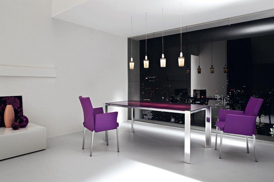 tavolo e sedie viola di fronte a una facciata in vetro