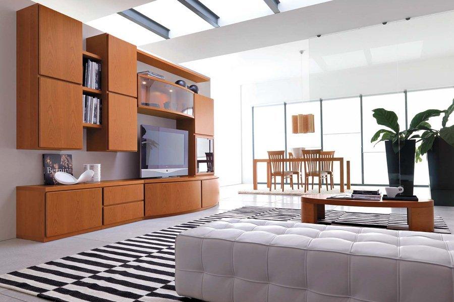 ampio soggiorno con arredamento in legno