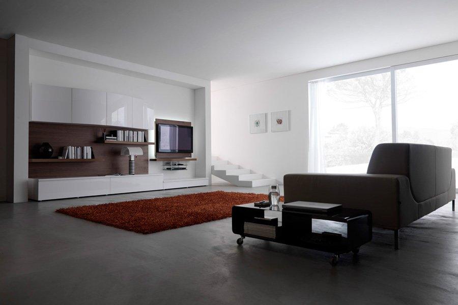 soggiorno con divano grigio e tappeto arancione