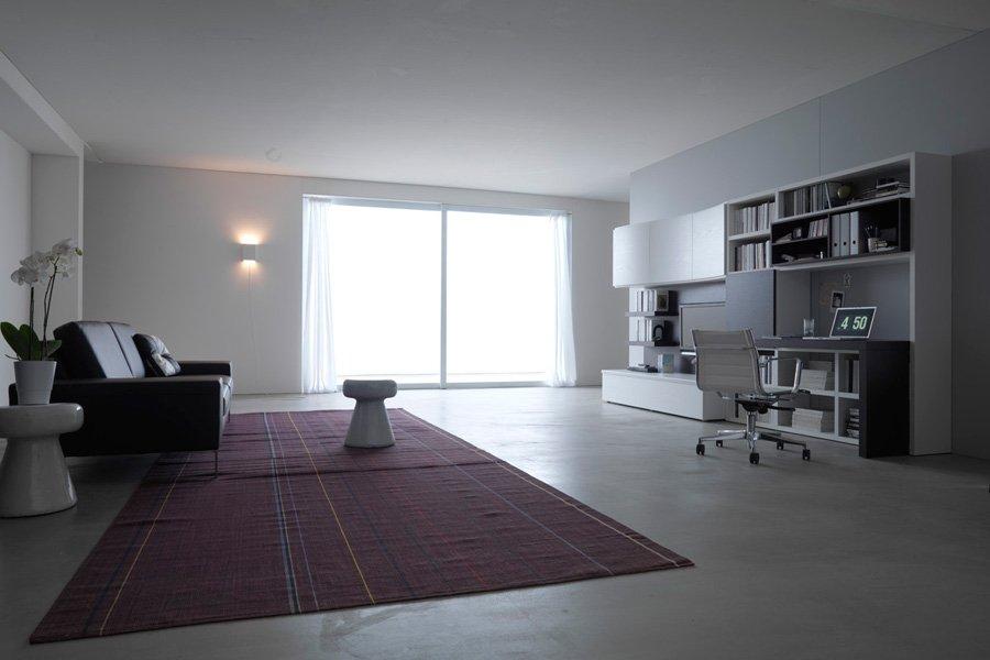 vista laterale soggiorno bianco con vista laterale di un tappeto