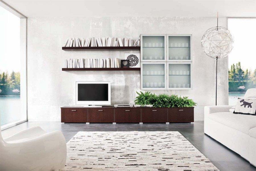 vista frontale di una mensola in legno con televisione
