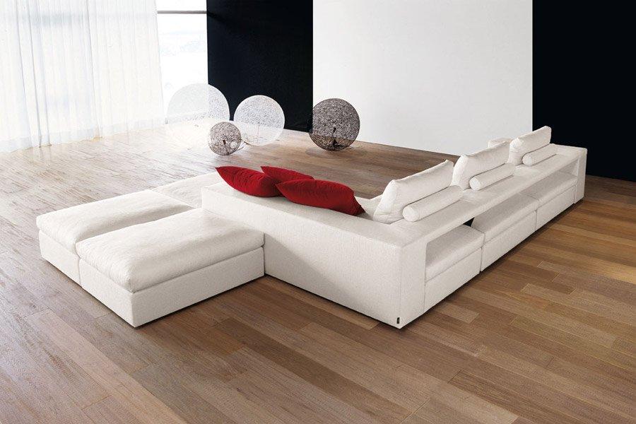 divano con appoggiapiedi