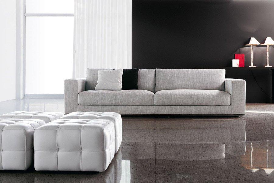 divano bianco con poggiapiedi