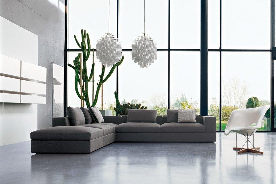 divano grigio ad angolo