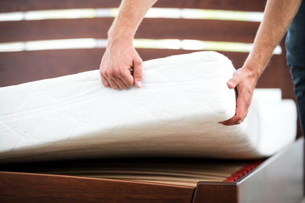 persona sta sistemando un materasso