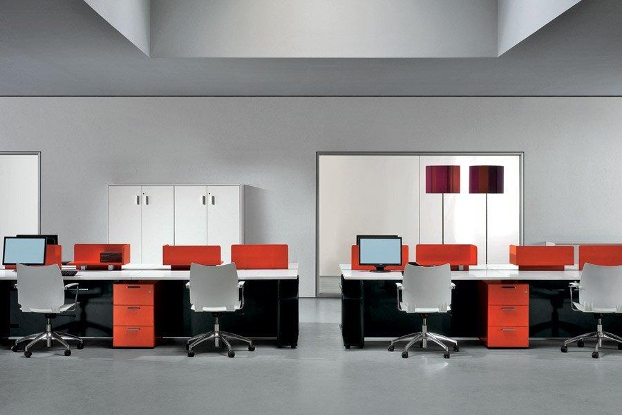 scrivania con arredamento arancione