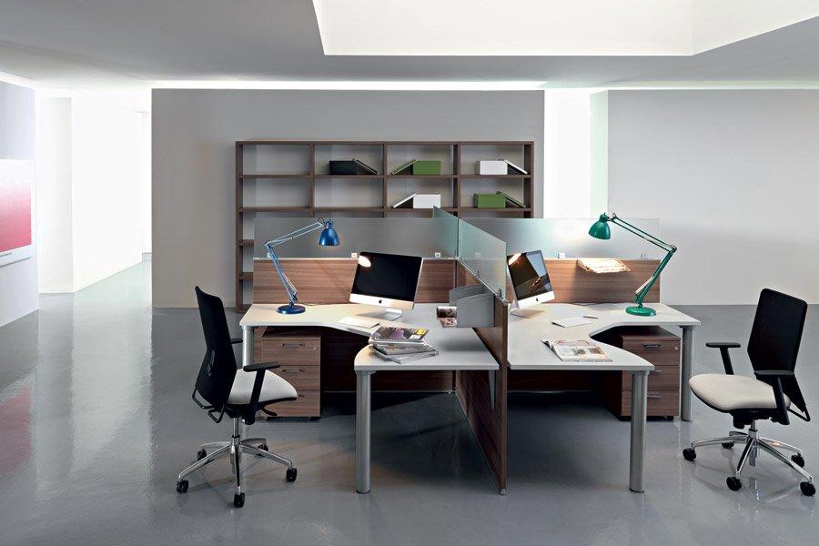scrivania con separatori postazione di lavoro