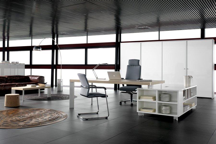scrivania in un ampio soggiorno