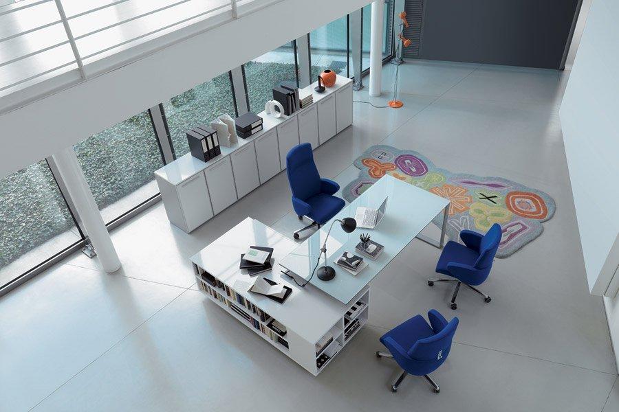 vista dall`alto di una scrivania con 3 poltrone blu