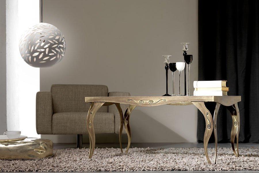 tavolino con lampada sopra