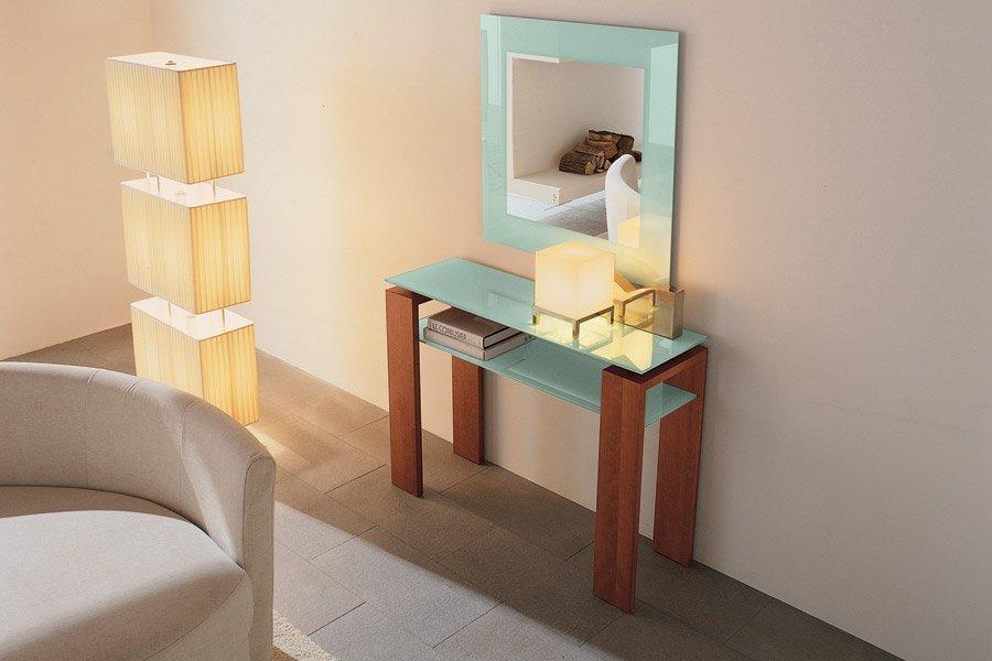 tavolino in vetro sotto uno specchio