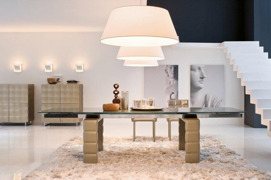 vista frontale di un tavolo in legno con lampadari
