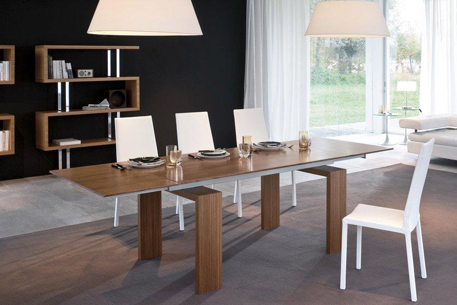 tavolo in legno con sedie bianche