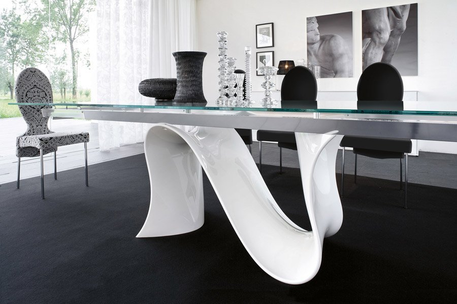 tavolo con gambe a forma astratta
