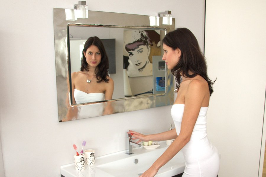 donna sta guardando lo specchio