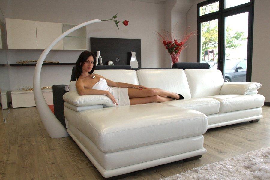 Donna sul divano