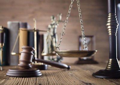 martello del giudice bilancia della giustizia e libri sullo sfondo