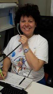 una donna al telefono