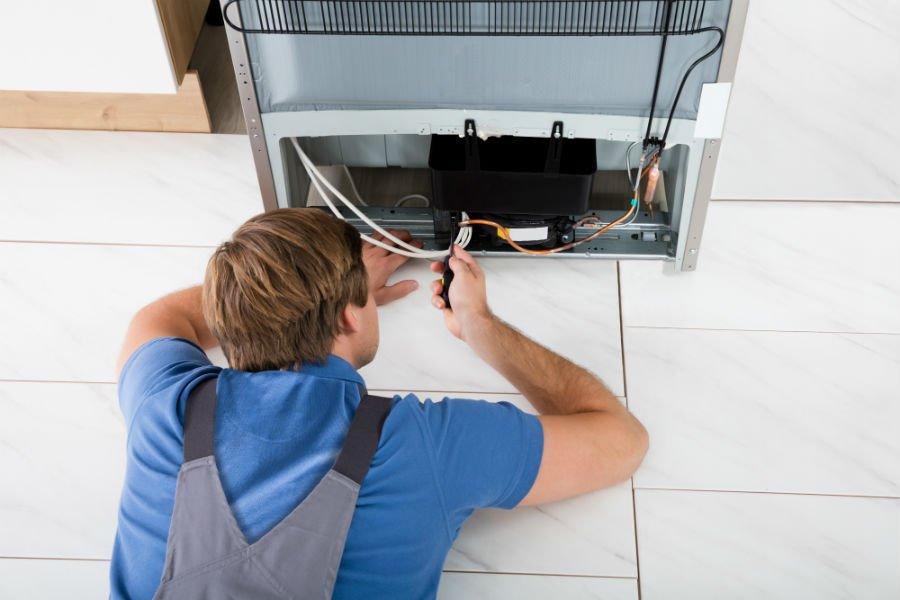 un tecnico che ripara un frigo