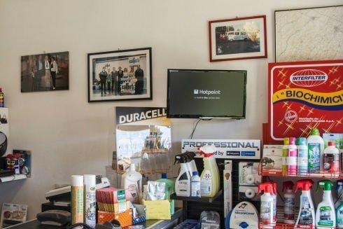 dei prodotti a spruzzino, un monitor e altro