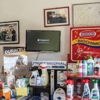 un monitor, dei prodotti a spruzzino e altro