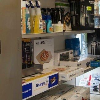 delle scatole di elettrodomestici e dei prodotti a spruzzino