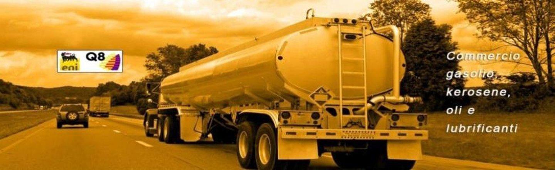 camion con carburante su una strada