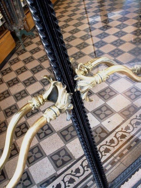 Particolare della maniglia in ottone all ingresso negozio