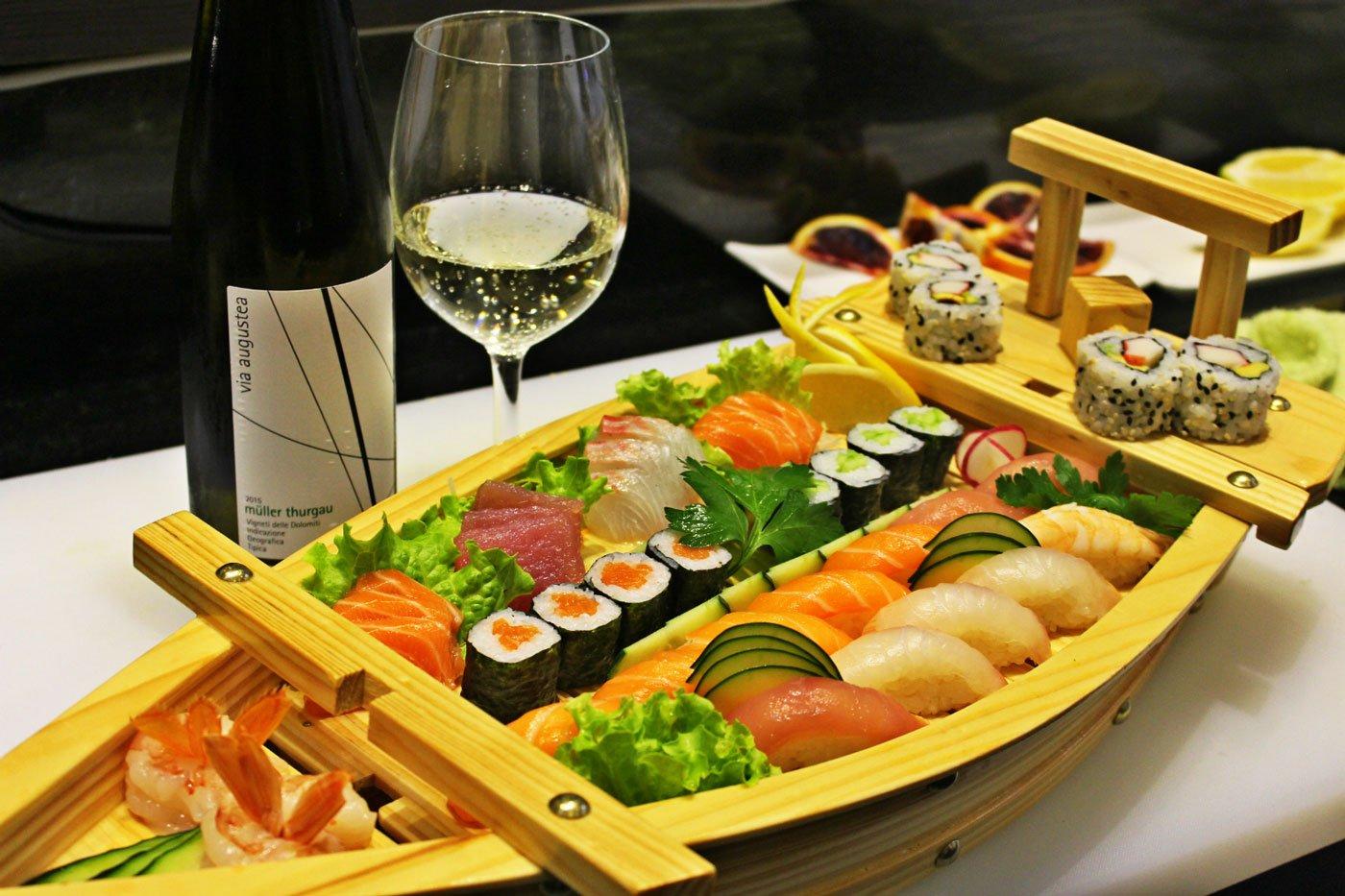 Barca in legno con sushi misto