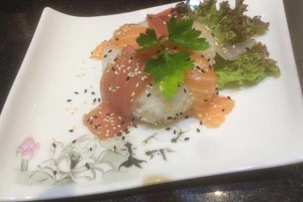 Sushi al salmone con insalata