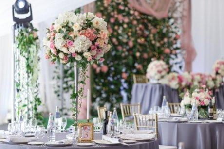 mazzo di fiori in un vaso a centro tavola