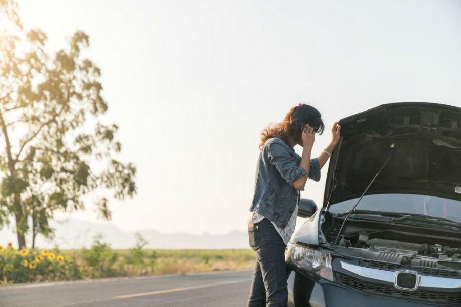 una donna chiede soccorso stradale tramite cellulare