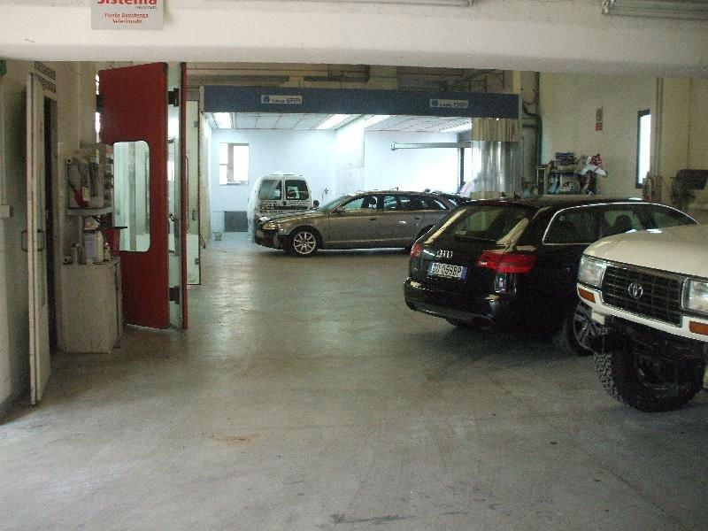 delle auto in attesa di essere riparate