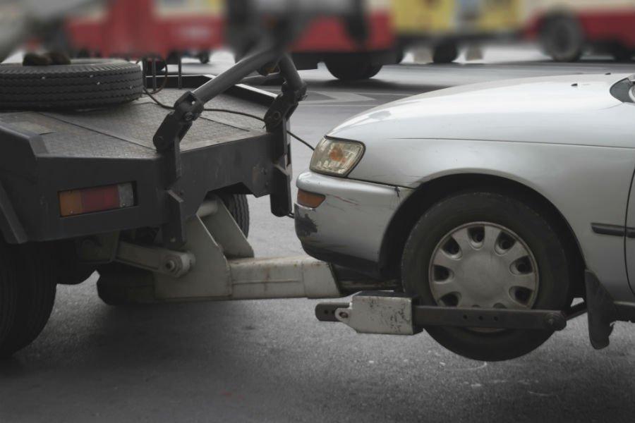 un'auto in panne viene trasportata dal soccorso stradale