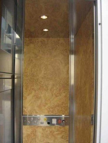 Interno cabina ascensore da cantiere