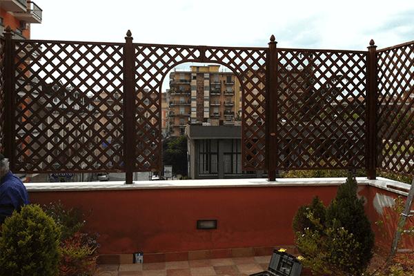 vista frontale recinzione in legno
