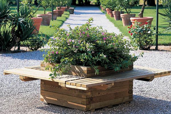fioriera e  panchina pubblica in legno