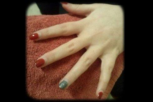 Come detta la moda, abbiamo applicato un colore differente su una mano con unghie dello stesso colore.