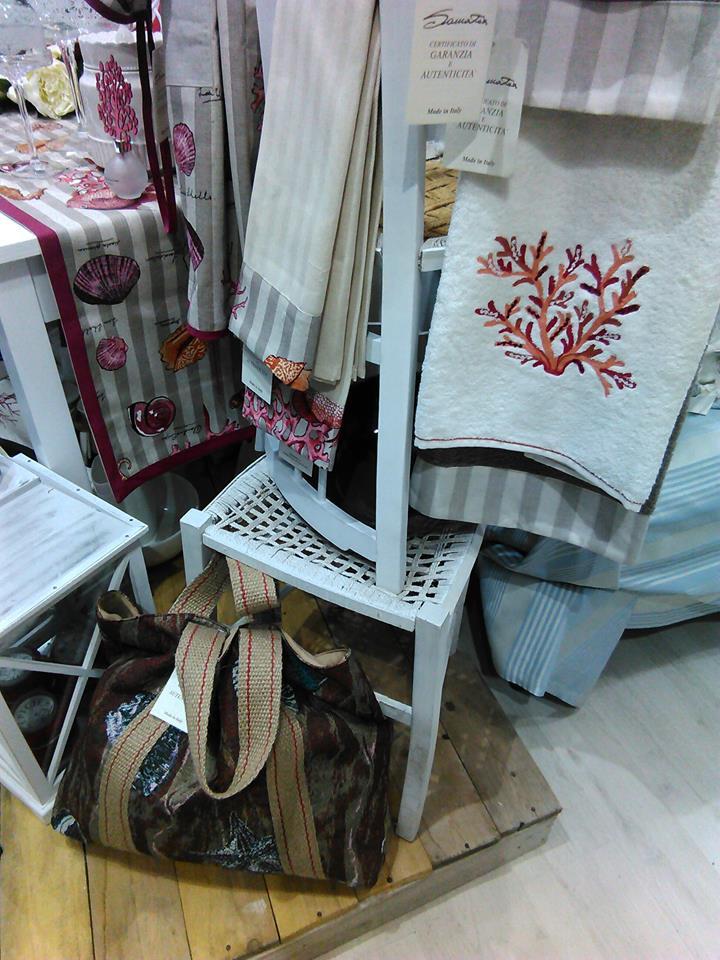 asciugamani appoggiati su una sedia in un negozio