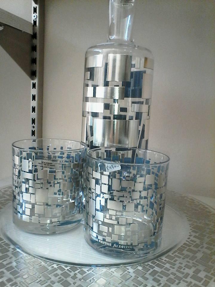 bicchieri e bottiglia di cristallo