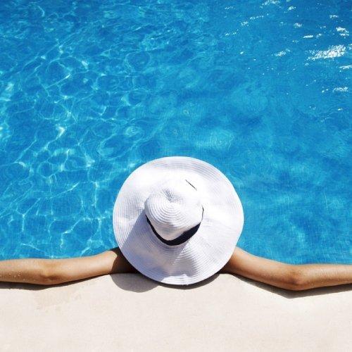 una ragazza mentre prende il sole in piscina