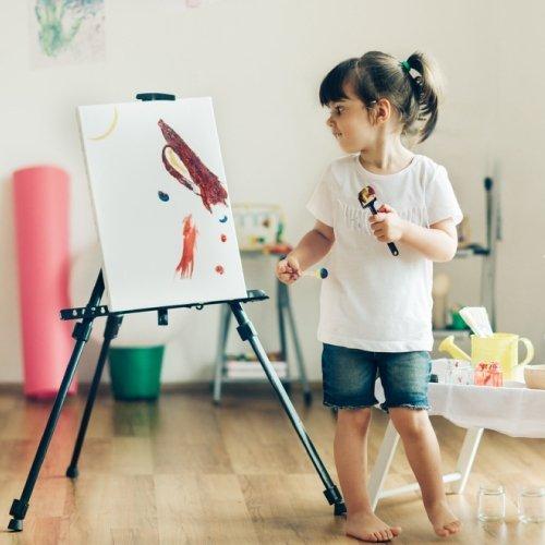 una bambina mentre dipinge