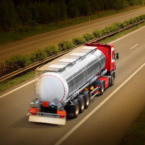 una camion mentre percorre l'autostrada