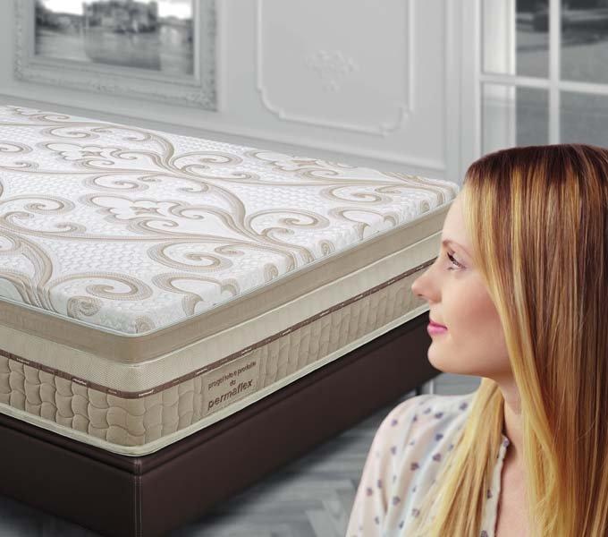 profilo di una donna che ammira un materasso con decorazioni