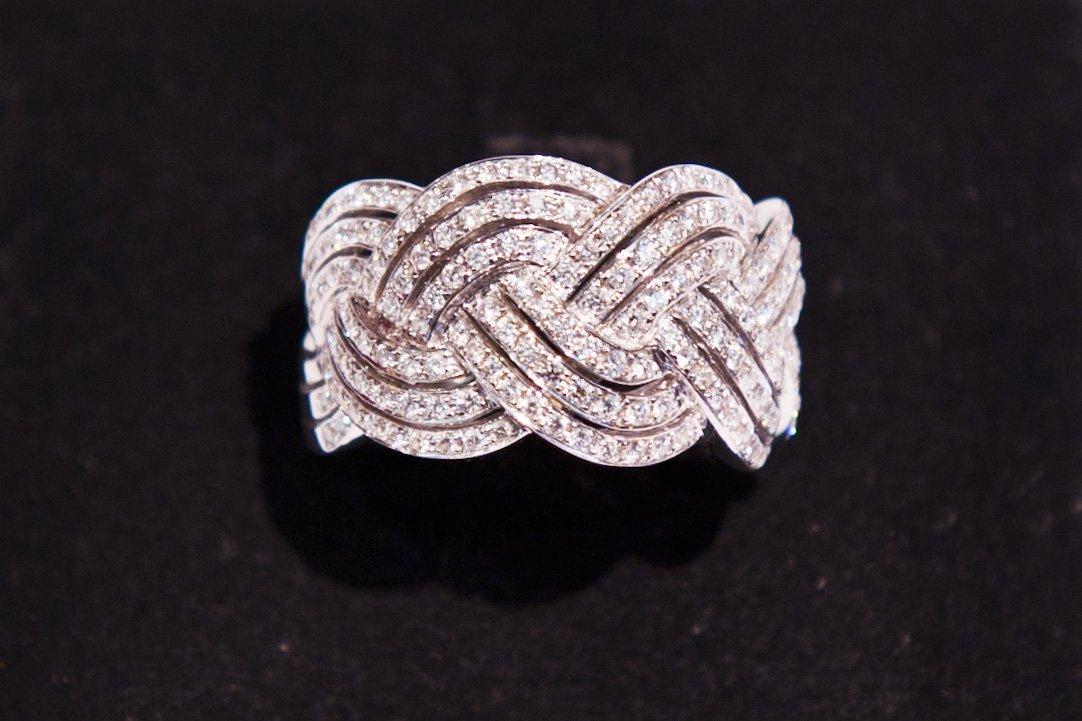 Tre anelli di diamanti intrecciati