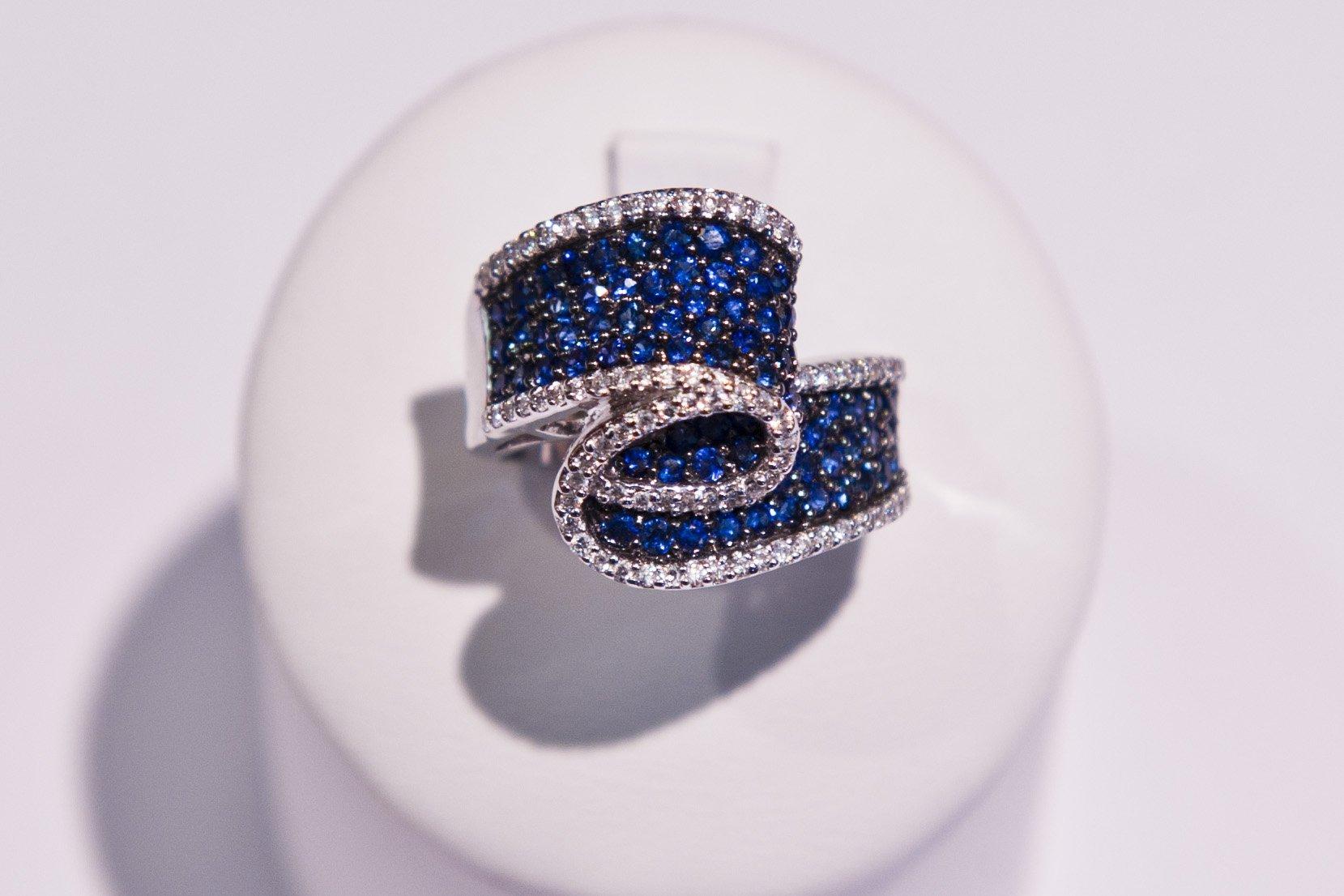 Anello sotto forma di spirale di diamanti e topazi
